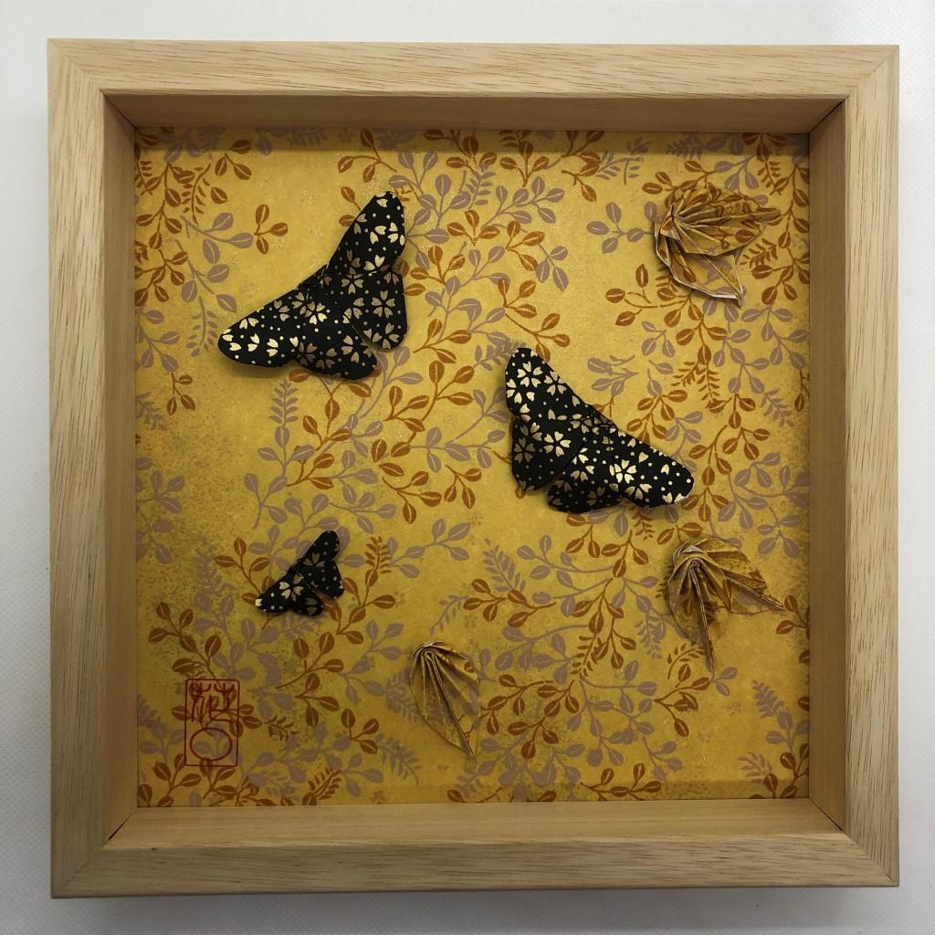 Cadre papillons noirs sur fond automnale