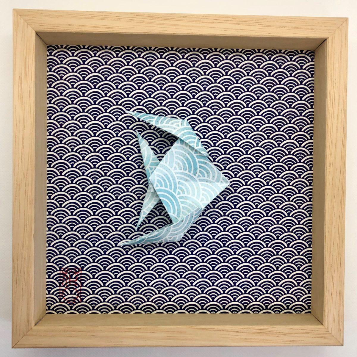 Cadre en bois naturel avec poisson bleu