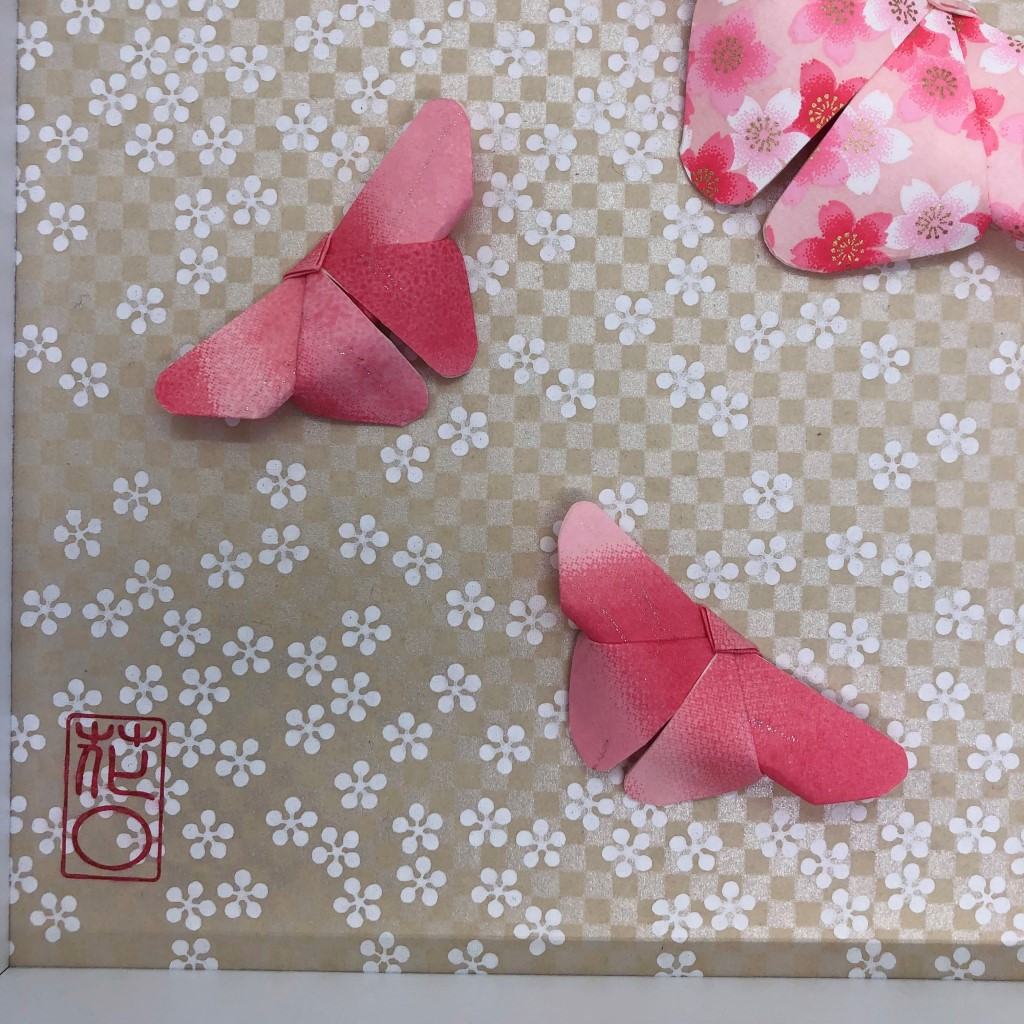 Cadre blanc origami papillons rose
