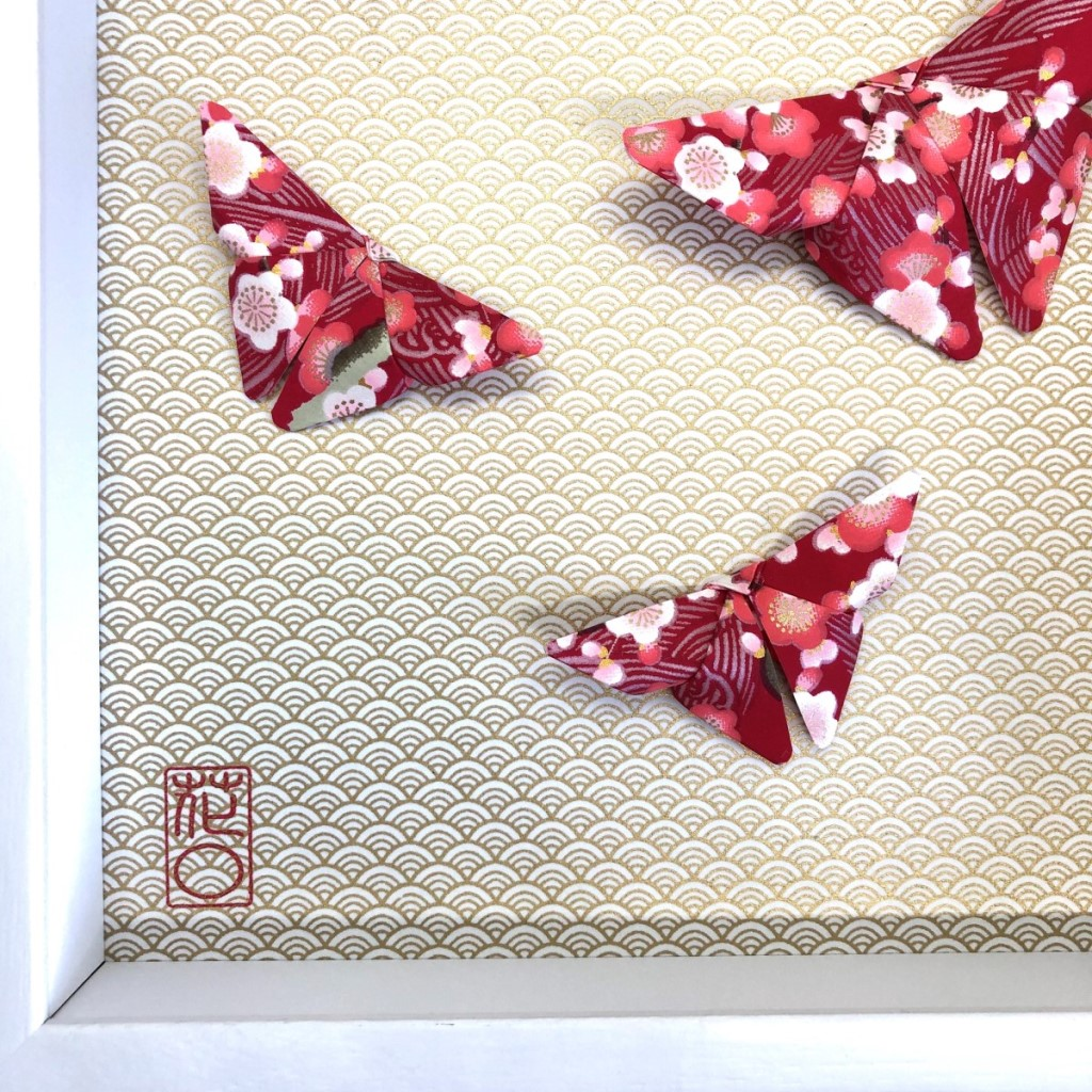 Cadre blanc origami papillons rouges