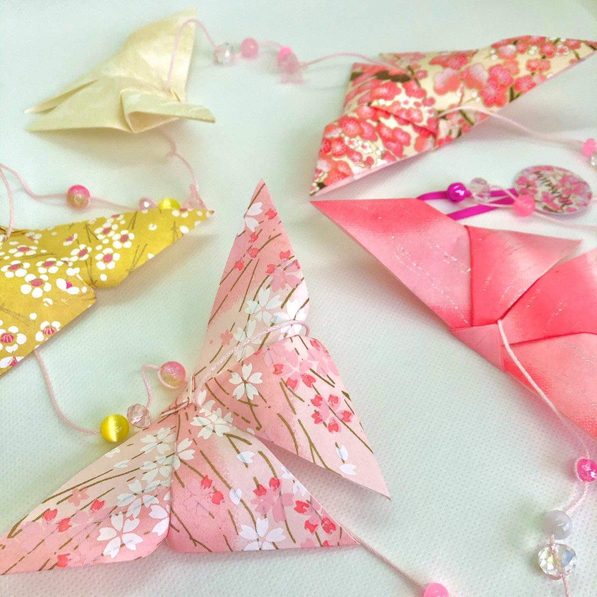 Guirlande d'origamis papillons roses