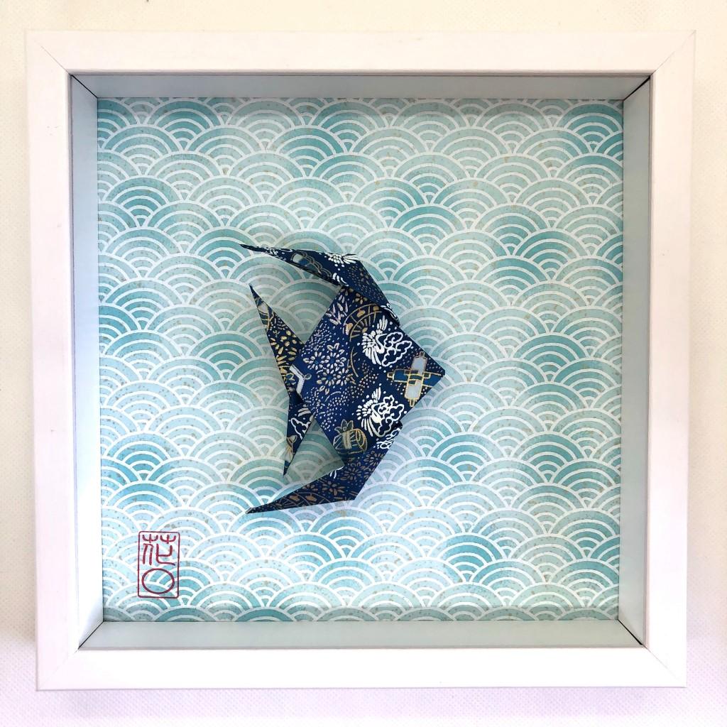 Cadre blanc origami poisson bleu