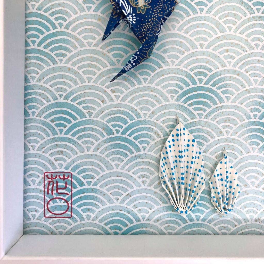 Cadre blanc avec origami poissons bleus et algues