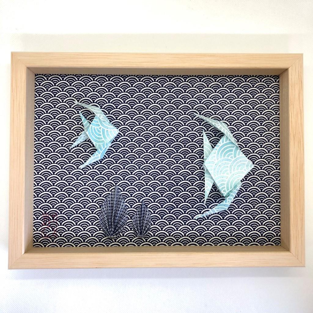 Cadre en bois avec origami poissons bleus et algues