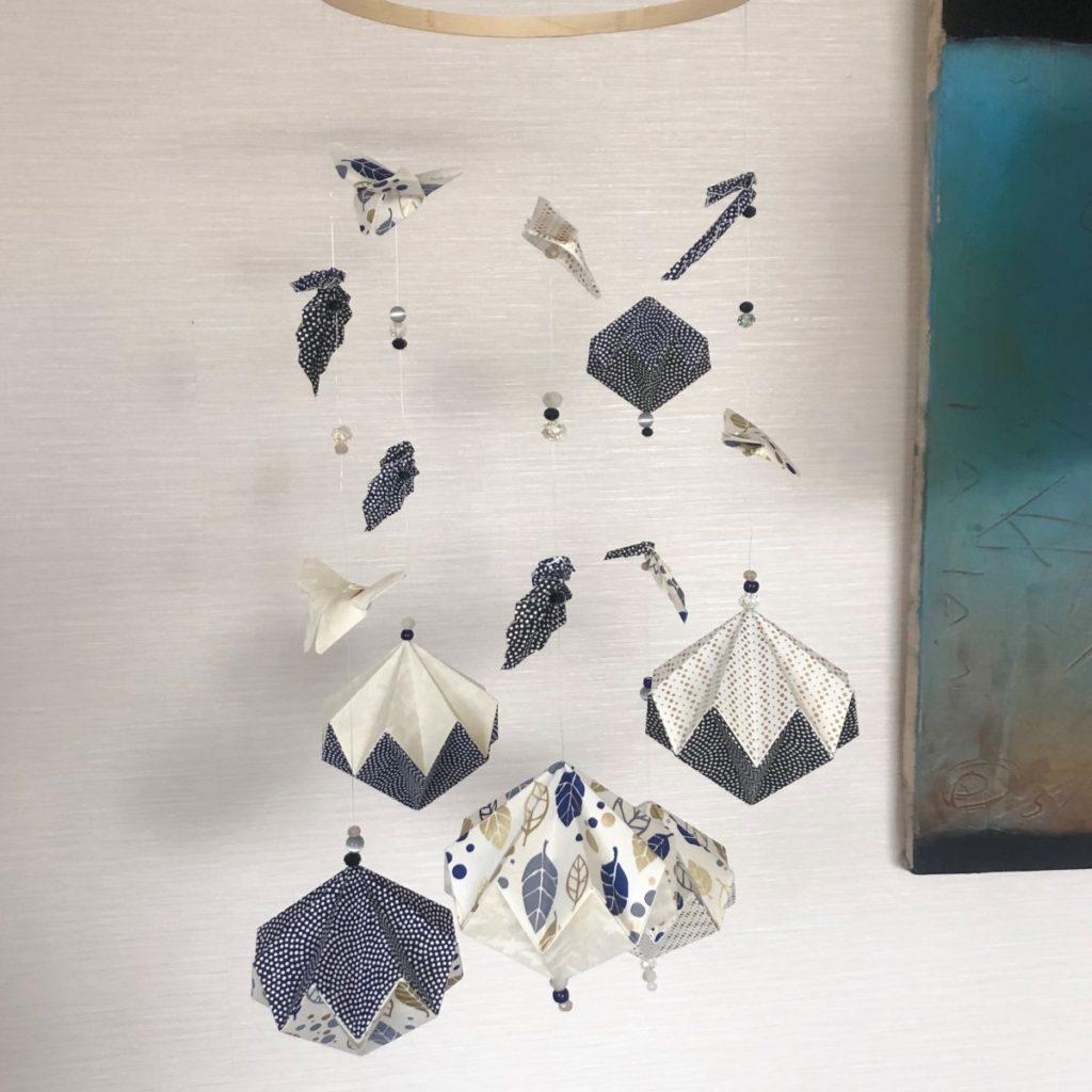 Suspension mobile blanc, bleu, noir