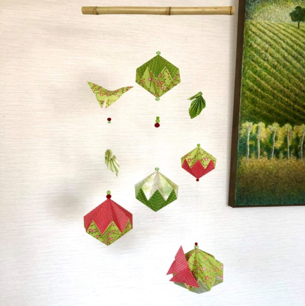 Suspension origami vert et rouge sur bambou