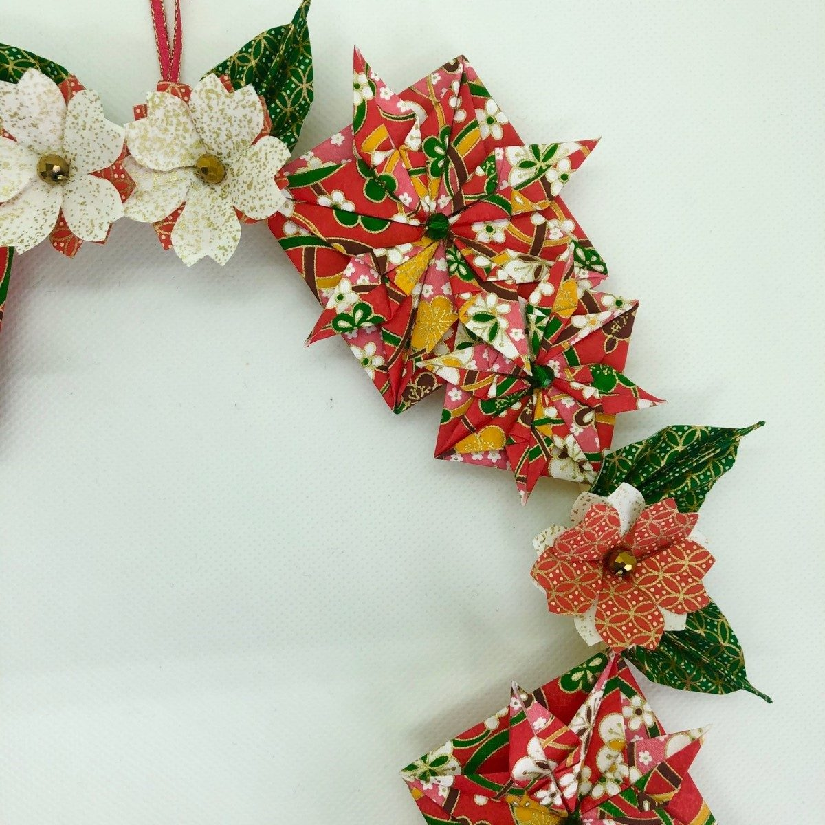 Couronne Hakone avec origamis multi fleurs – Noël rouge & vert