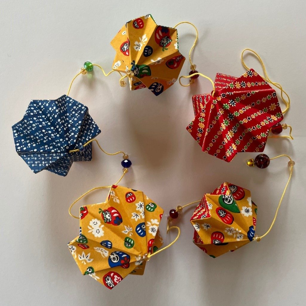 Guirlande d'origamis diamants – Daruma